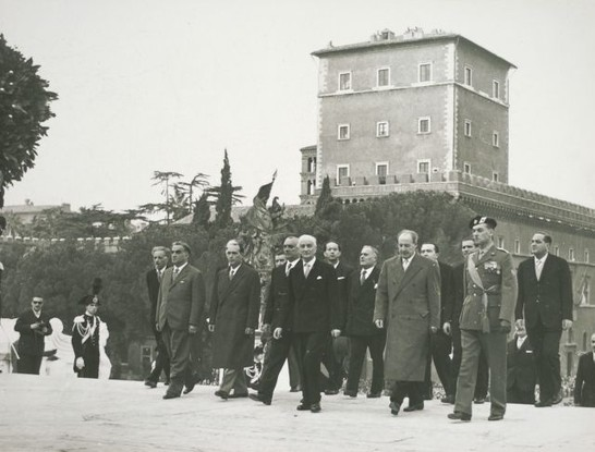 Il presidente del consiglio antonio segni accompagnato da for Camera dei deputati archivio storico