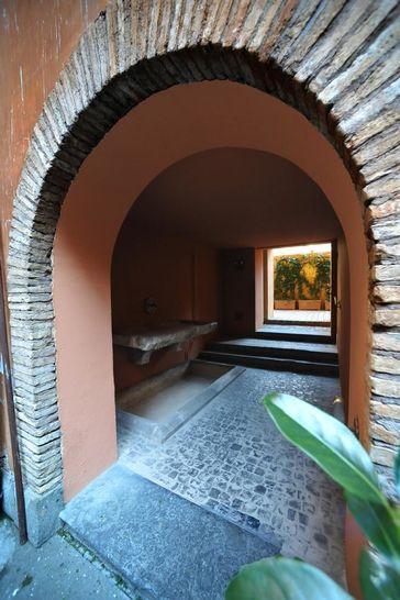 Cortile interno complesso di vicolo valdina i palazzi for Portale camera